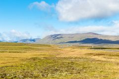ajardine com a estrada em Islândia no dia ensolarado Imagens de Stock Royalty Free