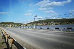 Ajardine com estrada, floresta, rio e o céu azul Fotos de Stock Royalty Free