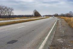 Ajardine com a estrada na condução de Dnepr à cidade de Zaporizhia, Ucrânia Imagens de Stock Royalty Free