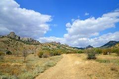 Ajardine com a estrada na reserva natural nacional Karadag Imagens de Stock