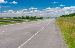 Ajardine com a estrada nova perto da cidade de Dnepropetrovsk, Ucrânia Imagem de Stock Royalty Free