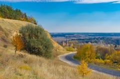 Ajardine com a estrada que conduz na vila de Chervlene, Sumy Oblast, Ucrânia Foto de Stock Royalty Free