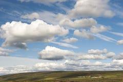 Ajardine com exploração agrícola e o céu bonito, Islândia Imagens de Stock Royalty Free
