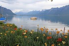 Ajardine com flores e lago Genebra, Montreux, Suíça. Imagem de Stock Royalty Free