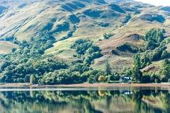 Ajardine com a floresta, as montanhas e la escoceses verdes bonitos Fotografia de Stock