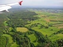 Ajardine com floresta, campos e asa do avião - vista aérea durante a aterrissagem Fotos de Stock