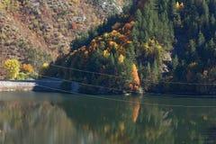 Ajardine com a floresta do outono em torno do reservatório de Teshel, Bulgária Fotos de Stock