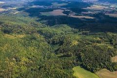 Ajardine com a floresta, os prados e campos verdes bonitos em Cze Fotografia de Stock
