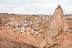 Ajardine com formações antigas do arenito em montanhas rochosas de Cappadocia Imagem de Stock Royalty Free