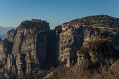 Ajardine com formações do monastério e de rocha de Varlaam em Meteora Imagens de Stock Royalty Free