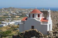 Ajardine com fortaleza medieval e a igreja branca, ilha de Mykonos, Grécia Fotos de Stock