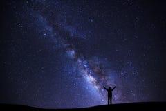 Ajardine com galáxia da Via Látea, céu noturno estrelado com estrelas e Imagens de Stock