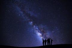 Ajardine com galáxia da Via Látea, céu noturno estrelado com estrelas e fotografia de stock