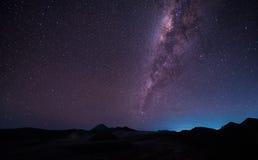 Ajardine com a galáxia da Via Látea sobre o vulcão Gunung de Bromo da montagem imagem de stock