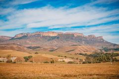 Ajardine com garganta, o céu azul e o campo Foto de Stock Royalty Free