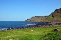 Ajardine com grama perto do mar e penhascos na fotografia do seascape da Irlanda Imagens de Stock