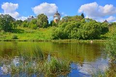 Ajardine com a igreja da ressurreição no rio de Tvertza na cidade de Torzhok Fotografia de Stock