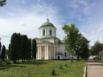 Ajardine com a igreja de grego clássico nela dia bonito em Nizhyn, Ucrânia Imagens de Stock