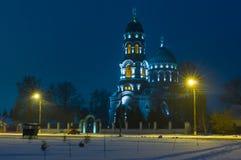 Ajardine com a igreja de Voznesensk na cidade de Trostyanec, Ucrânia Imagens de Stock
