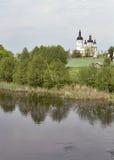 Ajardine com igreja e o rio rurais. Ucrânia. Imagem de Stock