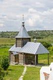 Ajardine com a igreja ortodoxa do russo e o céu nebuloso Russi Imagem de Stock