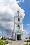 Ajardine com a igreja ortodoxa do russo e o céu nebuloso Russi Fotos de Stock