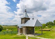 Ajardine com a igreja ortodoxa do russo e o céu nebuloso Russi Fotografia de Stock