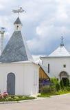 Ajardine com a igreja ortodoxa do russo e o céu nebuloso Russi Imagens de Stock Royalty Free