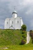 Ajardine com a igreja ortodoxa do russo e o céu nebuloso Russi Imagens de Stock