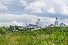 Ajardine com a igreja ortodoxa do russo e o céu nebuloso Russi Fotografia de Stock Royalty Free