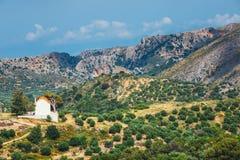 Ajardine com a igreja pequena na ilha da Creta, Grécia Foto de Stock Royalty Free