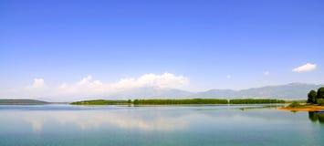 Ajardine com a ilha que está sendo refletida na água Foto de Stock Royalty Free