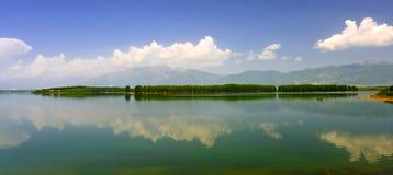 Ajardine com a ilha que está sendo refletida na água Foto de Stock