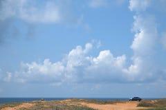ajardine com a imagem das nuvens sob a praia do mar Foto de Stock Royalty Free