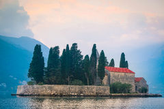 Ajardine com a imagem de um mar e de montanhas Fotografia de Stock Royalty Free