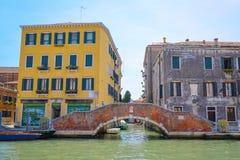ajardine com a imagem dos barcos em um canal em Veneza Imagens de Stock Royalty Free
