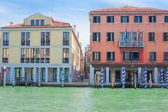 ajardine com a imagem dos barcos em um canal em Veneza Imagens de Stock