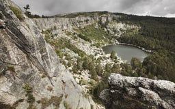 Ajardine com lago e floresta do pinho na Espanha Laguna Negra Fotos de Stock