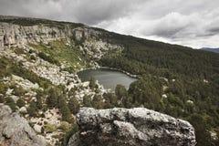 Ajardine com lago e floresta do pinho na Espanha Laguna Negra Fotografia de Stock Royalty Free