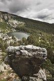 Ajardine com lago e floresta do pinho na Espanha Laguna Negra Imagens de Stock