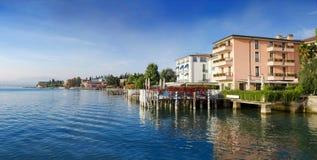 Ajardine com lago e hotéis Garda na praia, Sirmione, Itália Fotos de Stock Royalty Free