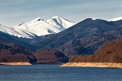 Ajardine com lago e montanhas fotografia de stock