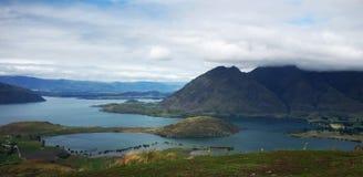 Ajardine com lago e o céu nebuloso, Nova Zelândia Imagem de Stock