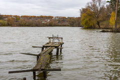 Ajardine com lago e o passadiço de madeira para pescadores Imagens de Stock Royalty Free