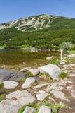 Ajardine com lago e pico Bezbog na montanha de Pirin Foto de Stock