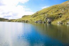 Ajardine com lago grande, na alta altitude na montanha Fotos de Stock Royalty Free