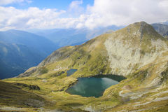 Ajardine com lago grande, na alta altitude na montanha Foto de Stock