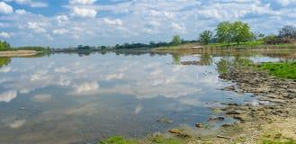 Ajardine com lago Kozachy Liman na vila de Chernetchina, Ucrânia Fotos de Stock Royalty Free