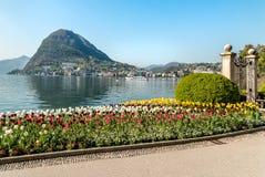 Ajardine com lago Lugano e as tulipas coloridas na flor do parque de Ciani na primavera Fotos de Stock