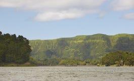 Ajardine com lago, montanhas e ponte no Sao Miguel açores Foto de Stock